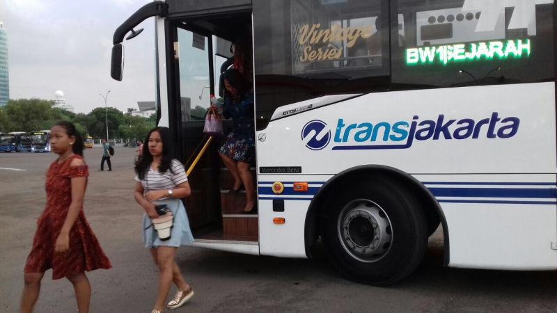 https: img-k.okeinfo.net content 2018 01 13 338 1844569 30-transjakarta-fasilitasi-warga-yang-akan-merayakan-acara-natal-bersama-GBrRj24cbW.jpg