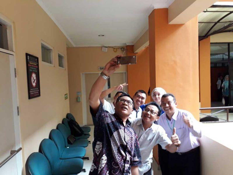 https: img-k.okeinfo.net content 2018 01 13 519 1844458 hari-kedua-tes-kesehatan-calon-peserta-pilkada-malang-peserta-sempatkan-selfie-bareng-48dVH54wRs.jpg