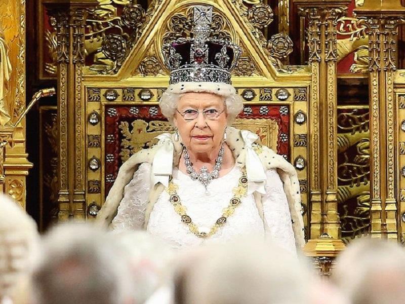 https: img-k.okeinfo.net content 2018 01 14 194 1844769 ini-alasan-ratu-elizabeth-tidak-pernah-melihat-ke-bawah-saat-memakai-mahkota-RNUbEayrmN.jpg