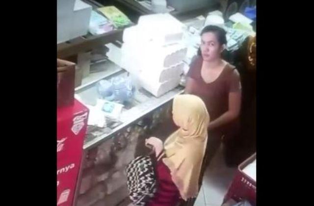 https: img-k.okeinfo.net content 2018 01 15 512 1845230 2-wanita-terekam-cctv-mencuri-si-pemilik-toko-ogah-bawa-ke-polisi-miPzDwCjrZ.JPG