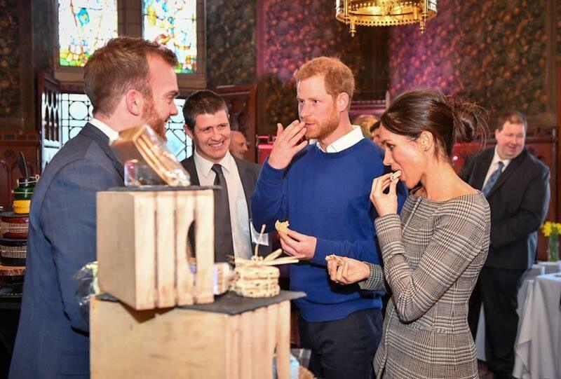 https: img-k.okeinfo.net content 2018 01 19 298 1847369 berkunjung-ke-wales-pangeran-harry-meghan-markle-cicipi-kue-pengantin-l5UpPGf3y7.jpg