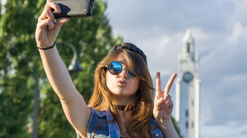 https: img-k.okeinfo.net content 2018 01 22 196 1848739 5-hal-yang-dibenci-pria-ketika-wanita-selfie-67Iji4brhS.jpg