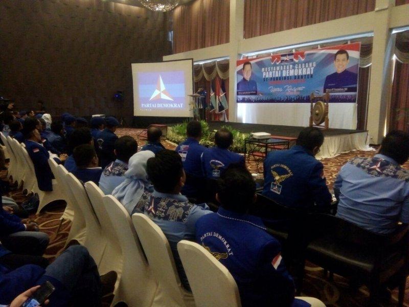 https: img-k.okeinfo.net content 2018 01 22 340 1848662 pramono-edhie-pimpin-musyawarah-cabang-partai-demokrat-se-banten-LkzwKonOka.jpg