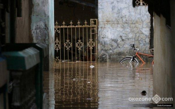 https: img-k.okeinfo.net content 2018 02 07 338 1855856 tujuh-permukiman-di-bekasi-banjir-puluhan-warga-diungsikan-zM9yvEehWN.jpg