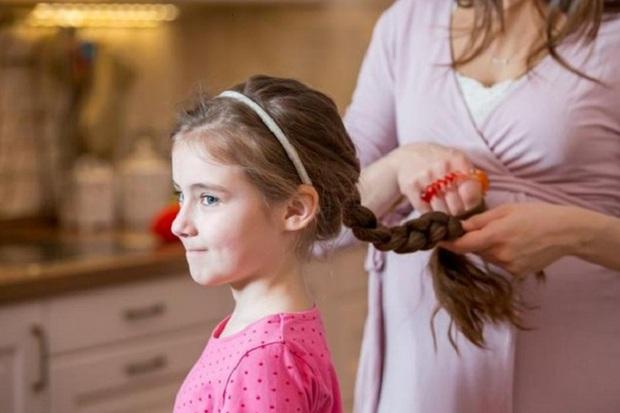 https: img-k.okeinfo.net content 2018 02 10 481 1857600 hati-hati-mengikat-rambut-anak-terlalu-ketat-bisa-merusak-saraf-otak-1tT7eaaRfF.jpg