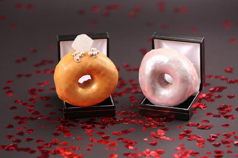 https: img-k.okeinfo.net content 2018 02 12 298 1858420 sambut-valentine-toko-ini-hadirkan-donat-berbentuk-cincin-QEPjxhyMNj.jpg