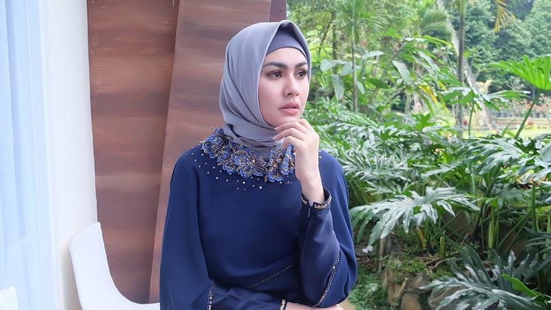 https: img-k.okeinfo.net content 2018 02 12 33 1858277 kartika-putri-minta-fotonya-tanpa-hijab-dihapus-tqkBICOpKt.jpg