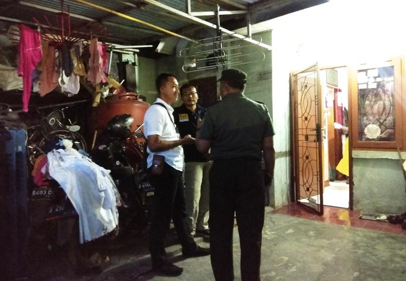 Polisi tengah olah TKP ditemukannya satu keluarga penuh luka tusuk tewas di Tangerang (Foto: Chyntia/Okezone)