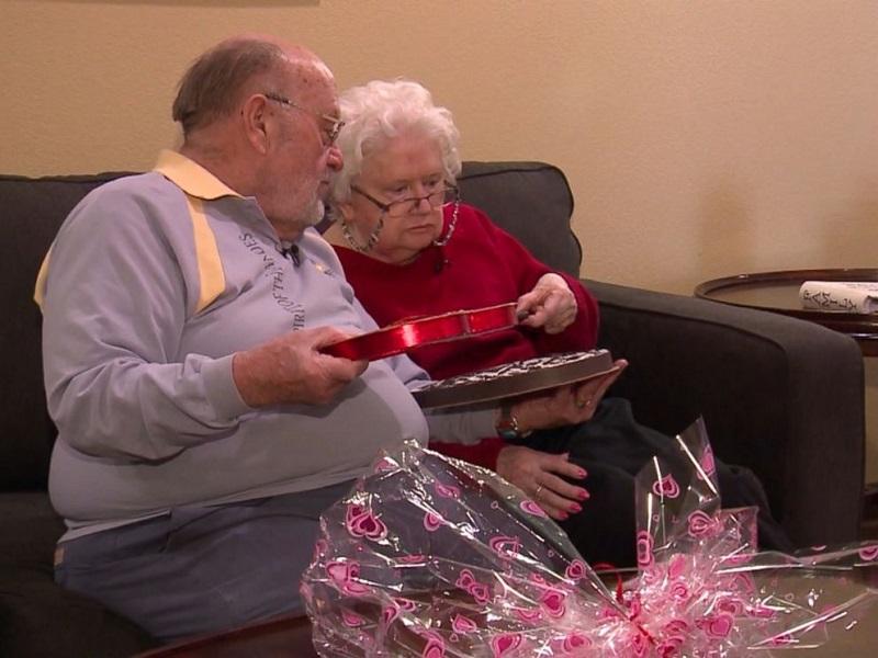 https: img-k.okeinfo.net content 2018 02 14 196 1859425 seorang-kakek-terus-berikan-kado-valentine-selama-39-tahun-untuk-istrinya-yang-kini-demensia-hXUxTqVQn9.jpg