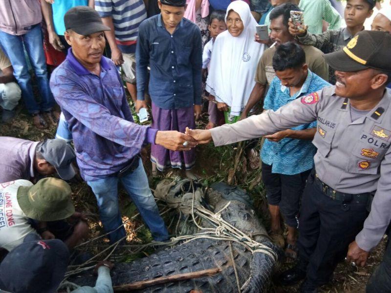 https: img-k.okeinfo.net content 2018 02 14 340 1859242 meresahkan-masyarakat-nelayan-aceh-tangkap-buaya-bobot-1-ton-JbVaATUCwW.jpg