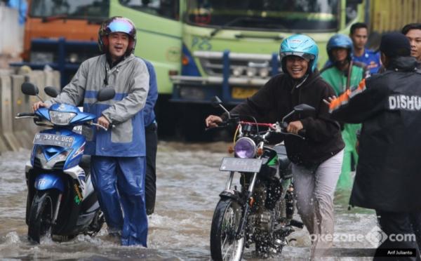 https: img-k.okeinfo.net content 2018 02 15 338 1860367 masih-ada-senyum-di-wajah-pengendara-yang-motornya-mogok-akibat-terobos-banjir-kelapa-gading-h6Y3QwgOEN.jpg