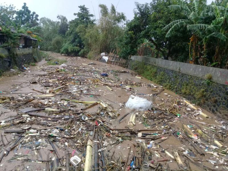 https: img-k.okeinfo.net content 2018 02 15 512 1860329 gelontoran-sampah-sungai-perparah-banjir-di-semarang-TIoUELmdoG.jpg
