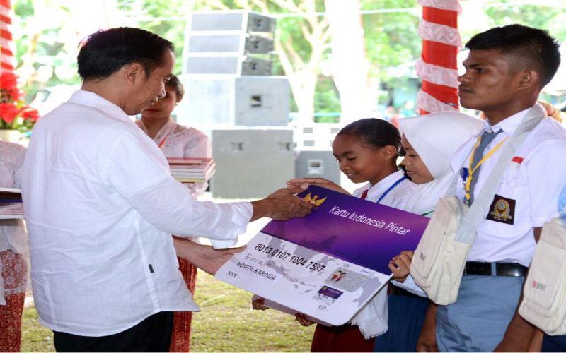 https: img-k.okeinfo.net content 2018 02 15 65 1859957 presiden-jokowi-bagikan-1-010-kip-di-kabupaten-seram-bagian-barat-UnVbLNUj4l.jpg