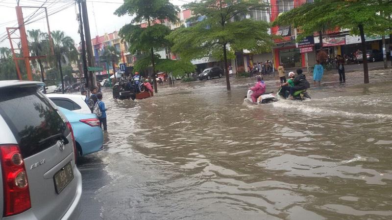 https: img-k.okeinfo.net content 2018 02 16 338 1860371 perbatasan-kota-dan-kabupaten-bekasi-terendam-banjir-0nzcryyfrm.jpg