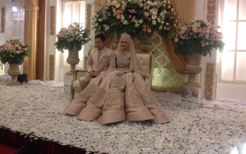 https: img-k.okeinfo.net content 2018 02 19 33 1861239 resepsi-pernikahan-tommy-kurniawan-dan-lisya-dipenuhi-antrean-hpkxoBxWqa.jpg