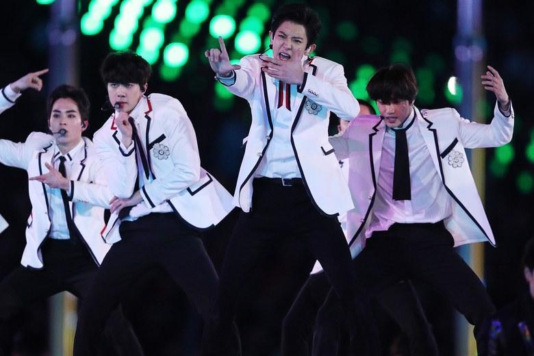 https: img-k.okeinfo.net content 2018 02 26 194 1865053 tampil-di-closing-ceremony-olimpiade-musim-dingin-exo-berbalut-jas-mewah-gucci-ujEwnmr46x.jpg