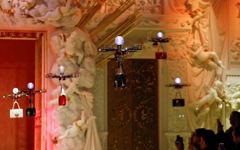 https: img-k.okeinfo.net content 2018 02 27 194 1865315 ketika-drone-berjalan-di-catwalk-show-dolce-gabbana-gantikan-peran-model-F6NDT0d4BU.jpg