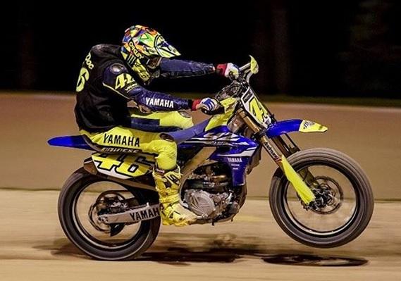 https: img-k.okeinfo.net content 2018 03 11 38 1871053 rossi-kembali-jajal-lintasan-motocross-jelang-seri-perdana-motogp-2018-2wUVMpD4FZ.jpg