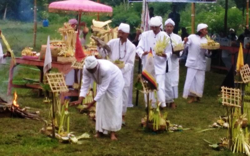 https: img-k.okeinfo.net content 2018 03 11 512 1871047 upacara-melasti-ratusan-umat-hindu-padati-telaga-di-lereng-gunung-lawu-Dqomo0ILxr.jpg