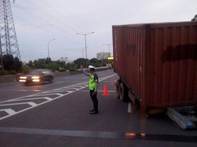 https: img-k.okeinfo.net content 2018 03 13 338 1871837 truk-kecelakaan-di-tol-pluit-lalu-lintas-tersendat-cceTfvEcSe.jpg