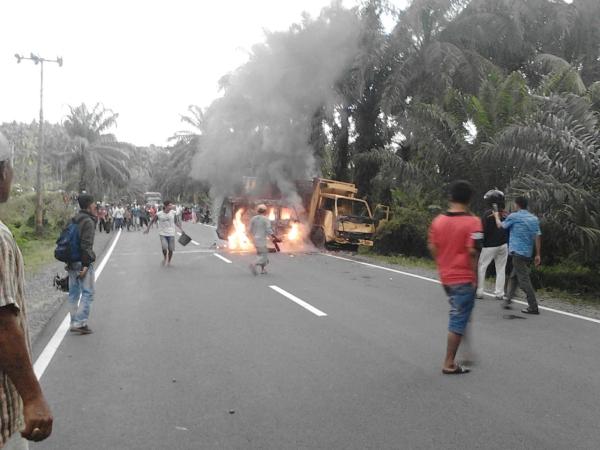 https: img-k.okeinfo.net content 2018 03 17 340 1874293 tabrakan-truk-dan-minibus-seorang-sopir-tewas-terbakar-sMfZa0oN9T.jpg