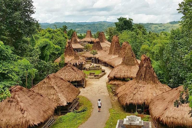 https: img-k.okeinfo.net content 2018 03 20 406 1875508 rumah-tradisional-jadi-daya-tarik-kampung-adat-praijing-sumba-GKAwzxJkry.jpg