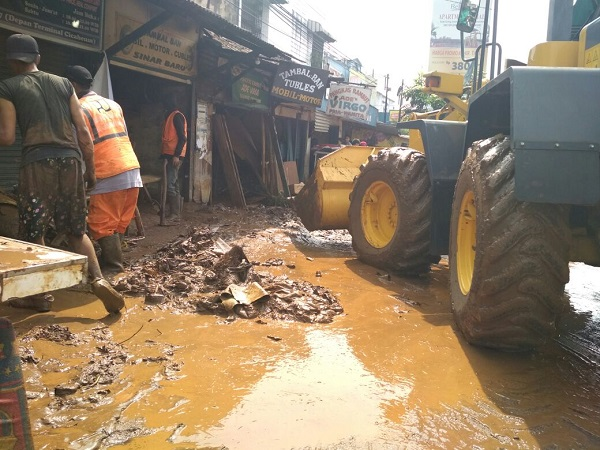 https: img-k.okeinfo.net content 2018 03 21 525 1875849 alat-berat-damkar-dan-dinas-pu-bantu-warga-cicaheum-bersihkan-lumpur-sisa-banjir-wYWQQKRIxQ.jpg