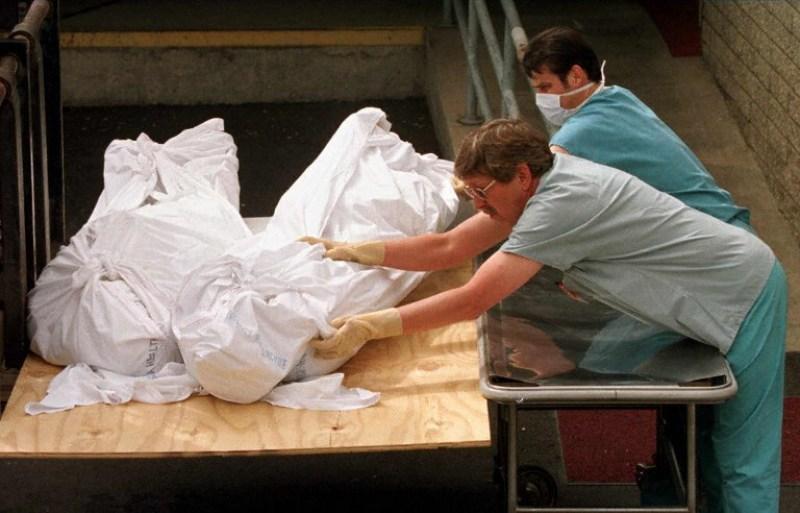 Penyidik memeriksa jenazah salah satu anggota sekte 'Pintu Surga' (Foto: Mike Nelson/AFP)