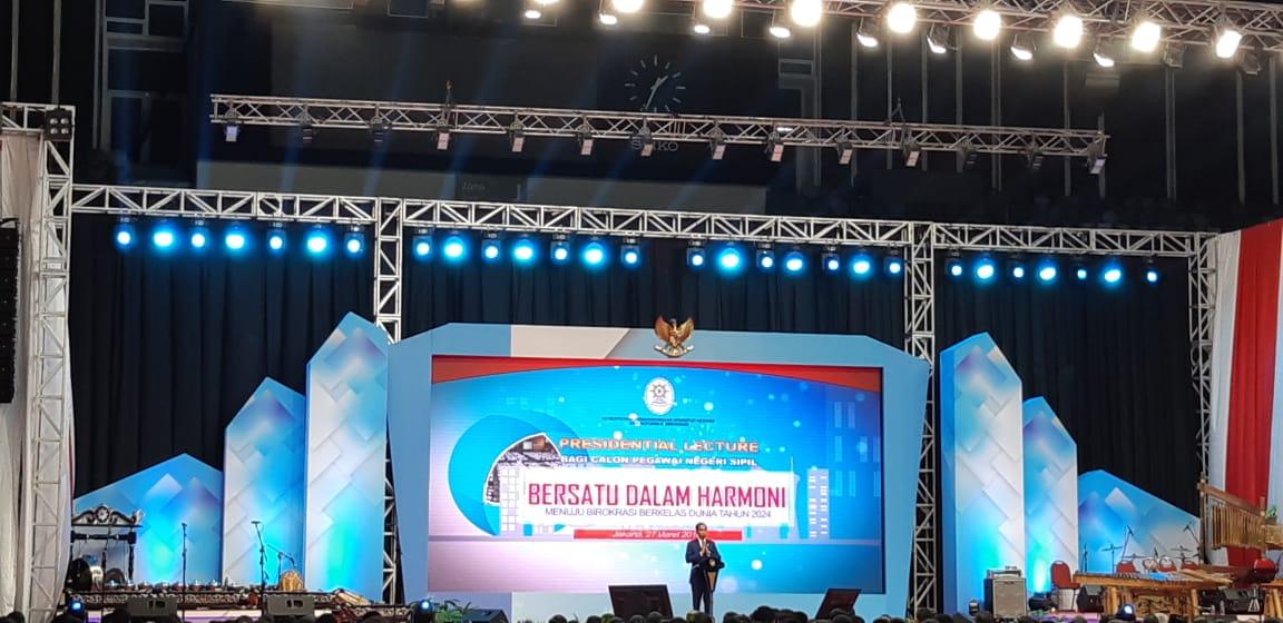 Presiden Jokowi memberikan kuliah umum kepada ribuan CPNS hasil perekrutan 2017 (Foto: Lidya Julita/Okezone)