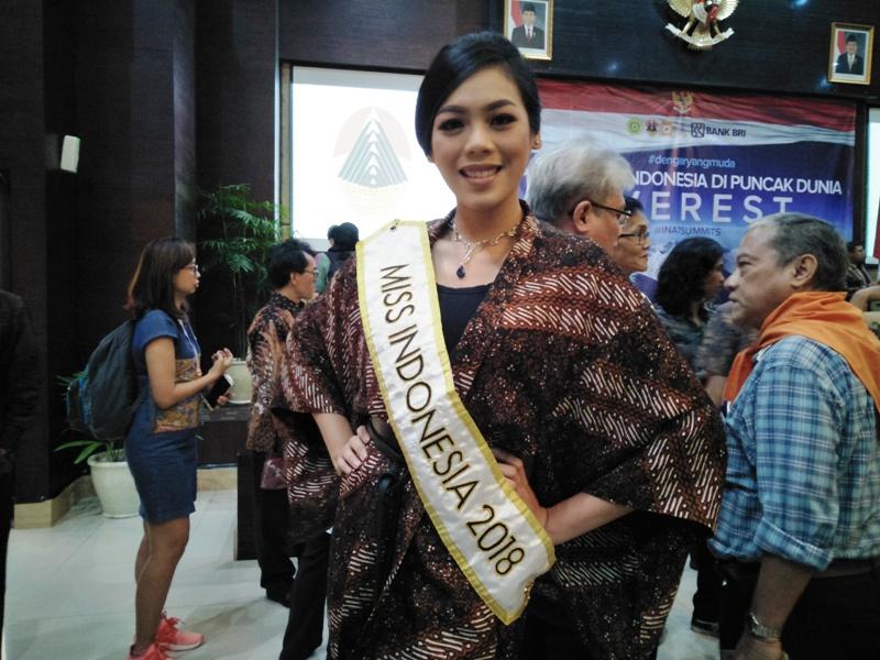 https: img-k.okeinfo.net content 2018 03 29 406 1879588 kebanggaan-alya-nurshabrina-pada-2-wanita-indonesia-yang-akan-taklukkan-puncak-gunung-everest-gFxgOACT34.jpg