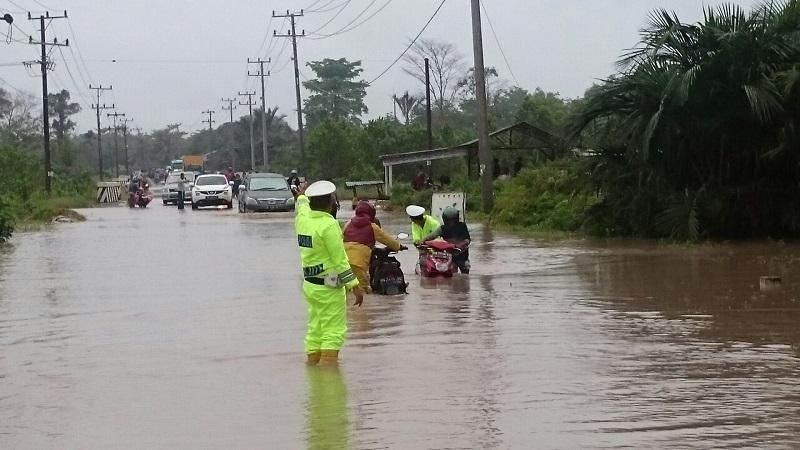 https: img-k.okeinfo.net content 2018 03 31 340 1880512 banjir-bandang-terjang-satu-desa-di-kolaka-utara-sultra-satu-warga-hilang-CtTLTt99O5.jpg
