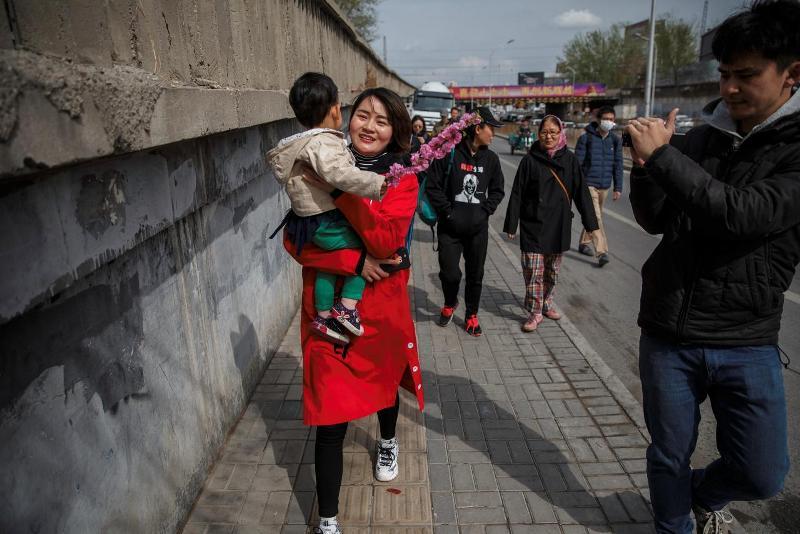 https: img-k.okeinfo.net content 2018 04 04 18 1882069 istri-pengacara-china-yang-ditahan-berjalan-kaki-100-kilometer-demi-cari-tahu-nasib-suaminya-VSQs96yFO1.jpg