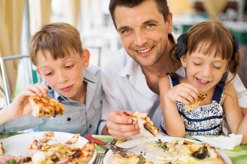 https: img-k.okeinfo.net content 2018 04 10 298 1884744 ini-alasan-sejumlah-restoran-melarang-pengunjung-membawa-anak-anak-mereka-xgjoFGFHAH.jpg