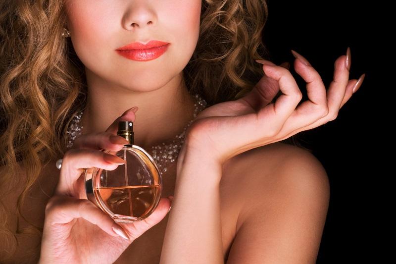 https: img-k.okeinfo.net content 2018 04 12 194 1885550 aroma-parfum-seperti-ini-yang-bikin-penampilan-tampak-awet-muda-G6DCytFvdg.jpg