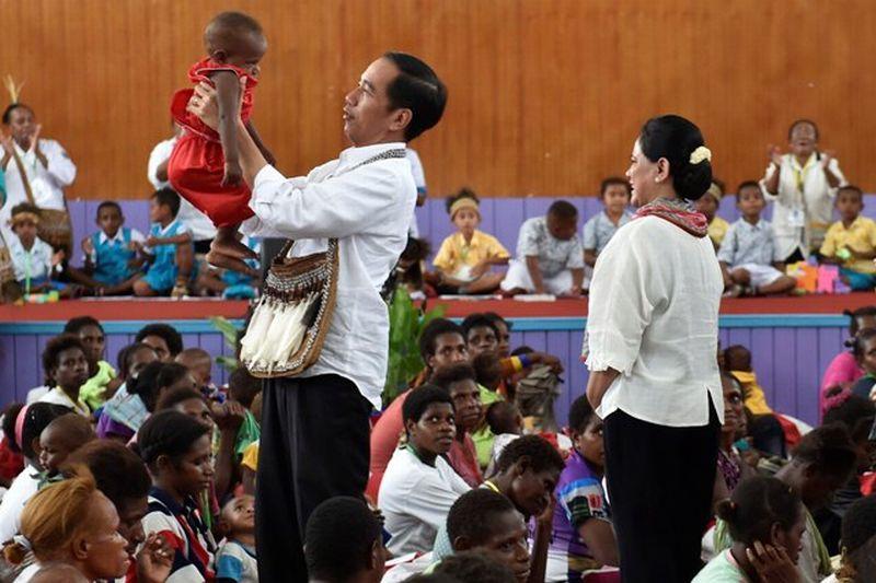 https: img-k.okeinfo.net content 2018 04 13 337 1886092 presiden-bertemu-jokowi-kecil-di-papua-I9WynlC4iC.jpg