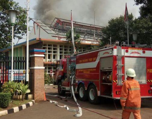 https: img-k.okeinfo.net content 2018 04 16 338 1887116 kebakaran-di-kompleks-pltd-senayan-berhasil-dipadamkan-tak-ada-korban-jiwa-4c49zG5Ozn.jpg