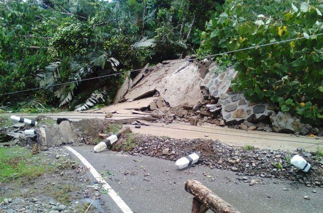 https: img-k.okeinfo.net content 2018 04 16 340 1887501 tertutup-longsor-akses-jalan-lintas-barat-gorontalo-utara-putus-C7liIcjZhB.jpeg