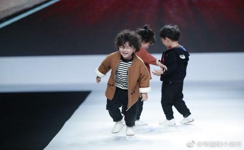 https: img-k.okeinfo.net content 2018 04 17 194 1887587 jatuh-di-catwalk-model-usia-4-tahun-malah-jadi-terkenal-bikin-gemaaas-8KeCtgntVe.jpg