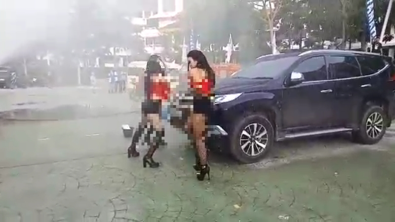 https: img-k.okeinfo.net content 2018 04 17 340 1887746 pengakuan-panitia-tari-erotis-di-batam-penari-diberi-kaus-xl-tapi-digunting-biar-sexy-sbYaKtyJVU.jpg