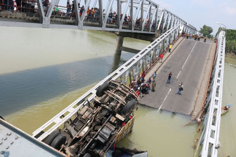 https: img-k.okeinfo.net content 2018 04 17 519 1887651 jembatan-babat-roboh-2-orang-supir-truk-masih-terjebak-QntL1YzBFX.jpg