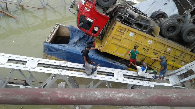 https: img-k.okeinfo.net content 2018 04 17 519 1887666 dua-sopir-truk-jadi-korban-tewas-robohnya-jembatan-babat-7NvloJq6pn.jpg