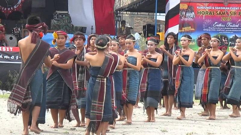 https: img-k.okeinfo.net content 2018 04 25 406 1891358 kamu-jomblo-yuk-cari-jodoh-di-festival-gondang-naposo-2018-tXlZEs54hc.jpg