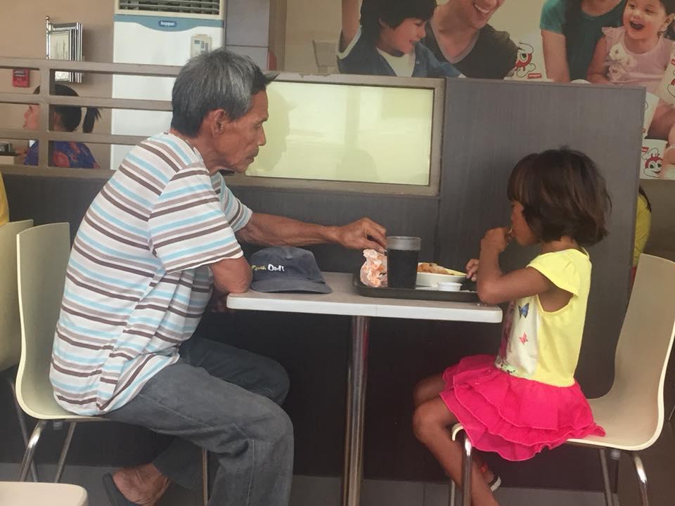 https: img-k.okeinfo.net content 2018 04 27 196 1892068 seorang-kakek-bertopang-dagu-menonton-cucunya-makan-di-restoran-foto-fotonya-viral-4G3MC0mEZ7.jpg