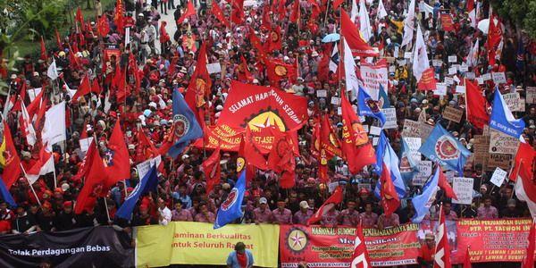 https: img-k.okeinfo.net content 2018 04 30 320 1893083 may-day-150-000-buruh-long-march-dari-patung-kuda-menuju-istana-presiden-UmJLw26Yz1.jpg
