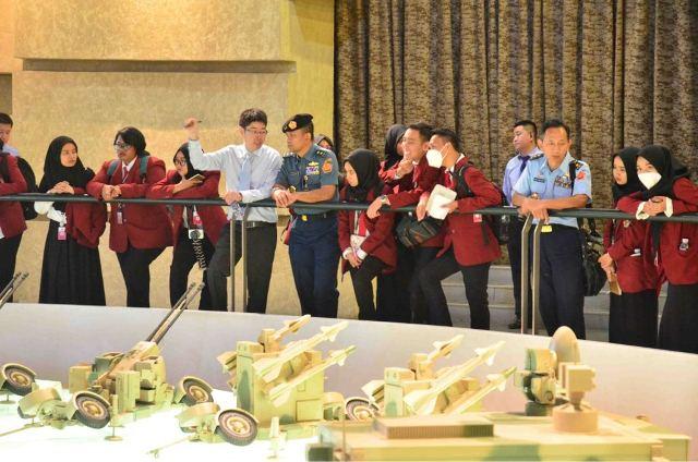https: img-k.okeinfo.net content 2018 05 07 65 1895600 mahasiswa-unhan-kunjungi-industri-pertahanan-china-t8sbsBDRCF.jpeg