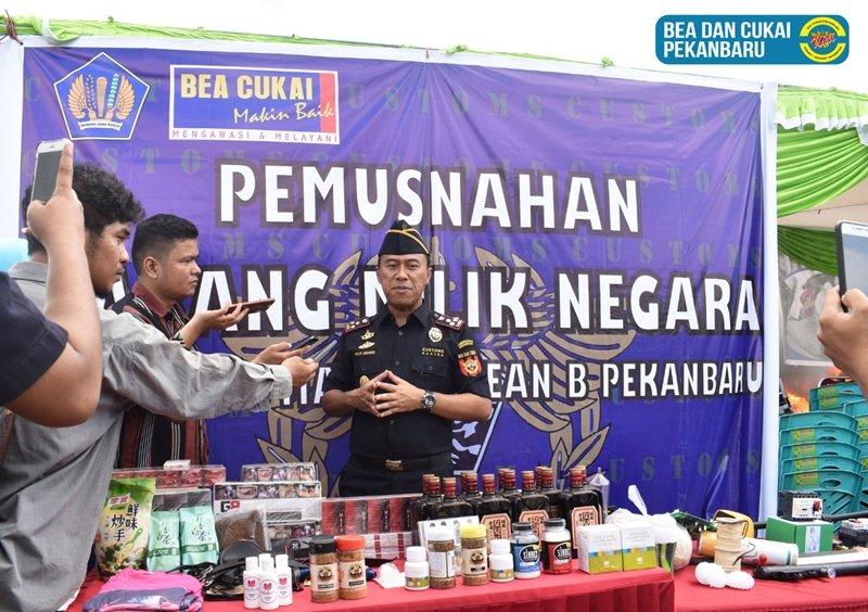 https: img-k.okeinfo.net content 2018 05 09 1 1896373 bea-cukai-pekanbaru-musnahkan-rokok-dan-pakaian-bekas-ilegal-senilai-rp1-7-miliar-q0Rtc5hwod.jpg