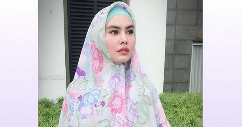 https: img-k.okeinfo.net content 2018 05 09 33 1896170 siap-jalani-ramadan-di-makkah-kartika-putri-percayakan-anak-ke-ibunda-cXZZDU7r5M.jpg