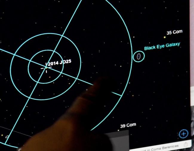 https: img-k.okeinfo.net content 2018 05 14 56 1898279 asteroid-sebesar-lapangan-bola-tengah-mendekati-bumi-ZHOUjRrPeV.jpg