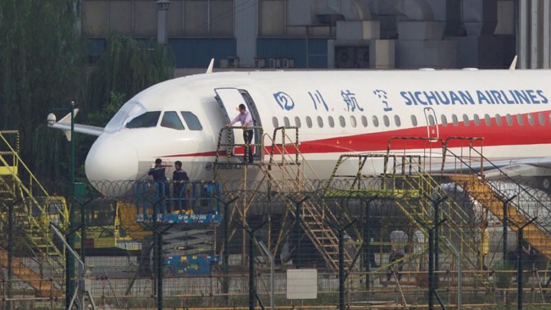 https: img-k.okeinfo.net content 2018 05 15 18 1898540 pesawat-sichuan-airlines-mendarat-darurat-setelah-kaca-depannya-meledak-di-ketinggian-9-700-meter-T38gi5HMF8.jpg
