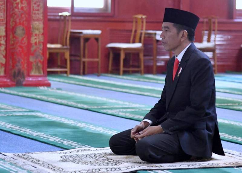 https: img-k.okeinfo.net content 2018 05 16 337 1899137 presiden-jokowi-salat-tarawih-pertama-di-masjid-istiqlal-g39HEpXC3z.jpg